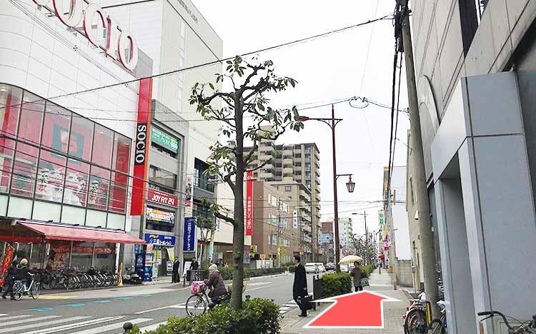左手に『三菱東京UFJ銀行』のある道をまっすぐ進みます。